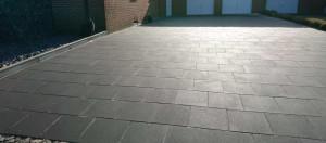 Einfahrt aus Betonplatten