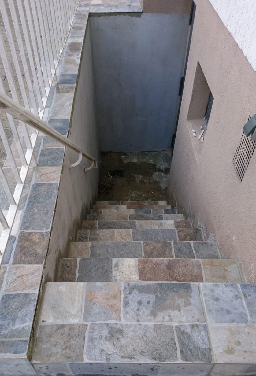 Kellereingang gefliest